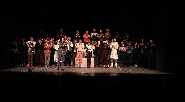 Şehir Tiyatroları'nın yeni oyunu Hastalık Hastası seyirciyle buluştu
