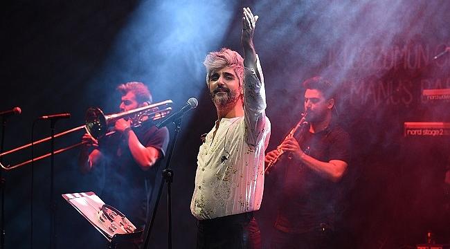 Manuş Baba'dan Altınoluk'ta kapalı gişe konser