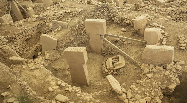 Oyuklar ve Höyükler: Göbekli Tepe'ye Bir Bakış