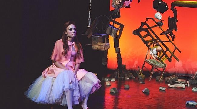 Nilperi Şahinkaya ve Bora Akkaş'tan 'Nora-Bir Bebek Evi' performansı