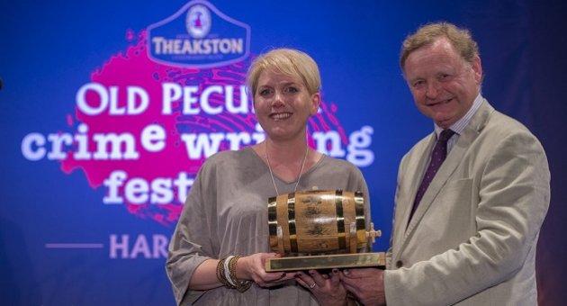 Clare Mackintosh, Rowling ve Billingham'ı solladı