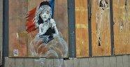 Banksy'den göçmenlere biber gazına eleştiri
